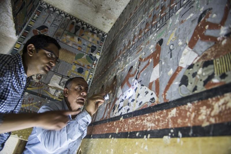 埃及北部的大型墓地薩卡拉(Saqqara)近期又挖到了貴族的墓室,其中還有色彩鮮豔的壁畫,目前推定可追朔到距今4400年前。(歐新社)