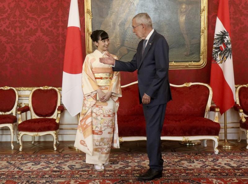 現年24歲的佳子公主日前就抵達奧地利,她今日穿著一襲淡橙色的和服,出席奧國總統范德貝倫舉辦的「日奧150周年建交紀念活動」。(美聯)
