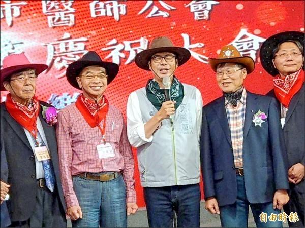 民進黨高雄市長候選人陳其邁(中)4日出席高市醫師公會醫師節慶祝大會。(資料照)