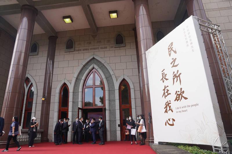 會場入口處看板寫下李登輝生前經典語錄「民之所欲,長在我心」。(台北市攝影記者聯誼會提供)