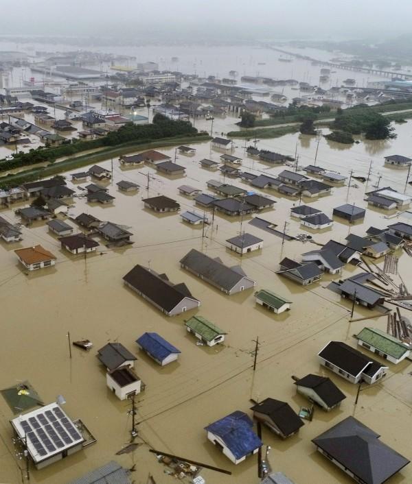 破紀錄的豪雨破壞性可怕,不少房屋直接被泡在水裡。(美聯社)