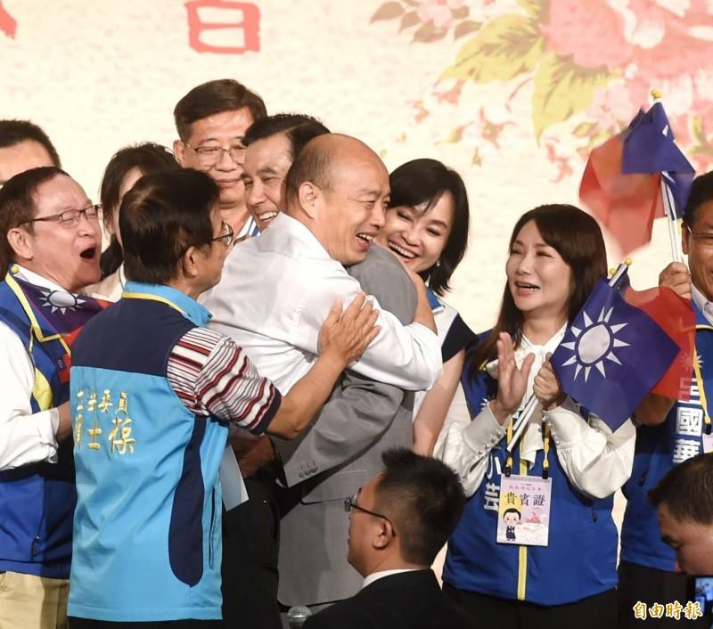 韓國瑜、馬英九出席國民黨舉辦的「大陸台商中秋聯歡茶會」,馬上台後與韓同台,韓主動抱馬。(記者方賓照攝)
