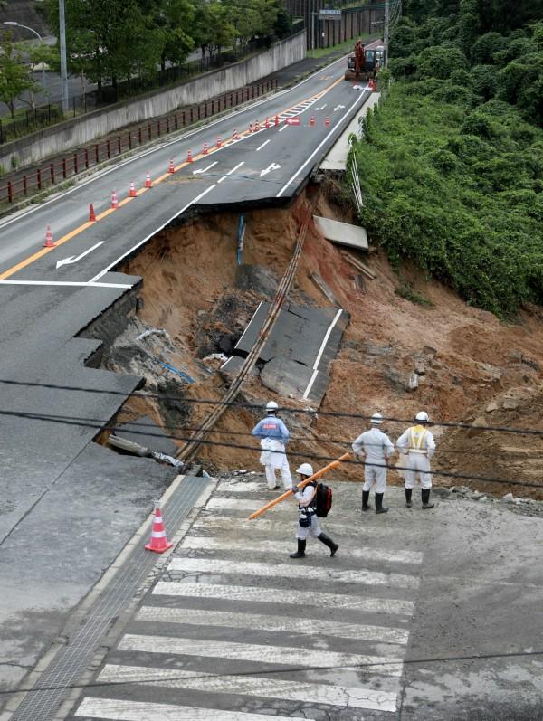 日本佐賀縣唐津市公路崩塌。(歐新社)