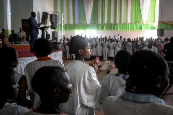 剛果人在耶誕節前一天,聚集在教堂進行禮拜。(法新社)