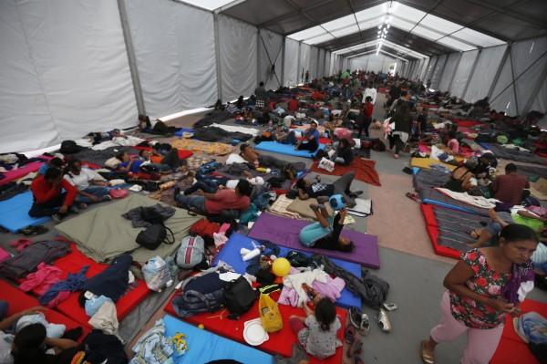 墨西哥當局把大帳棚搭在體育場的水泥地上,讓難民能在裡面度過一晚。(美聯社)