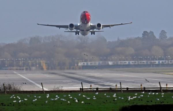 英國倫敦蓋特威克機場近期深受「無人機之亂」困擾。(路透)