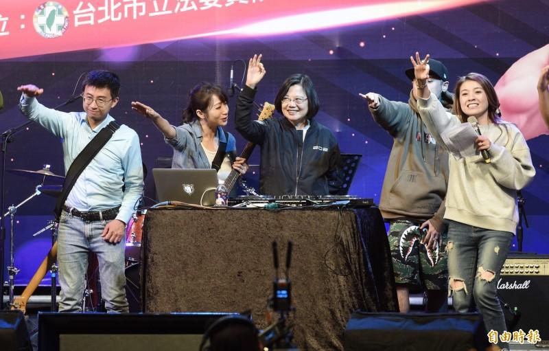 總統蔡英文(左三)15日出席立委參選人許淑華(左二)「2019逗陣勇敢演唱會-嘻哈電音趴」,以活力爭取選民支持。(記者羅沛德攝)