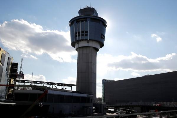 航空交通管制人員要在塔台控制空中的交通狀況。(路透)