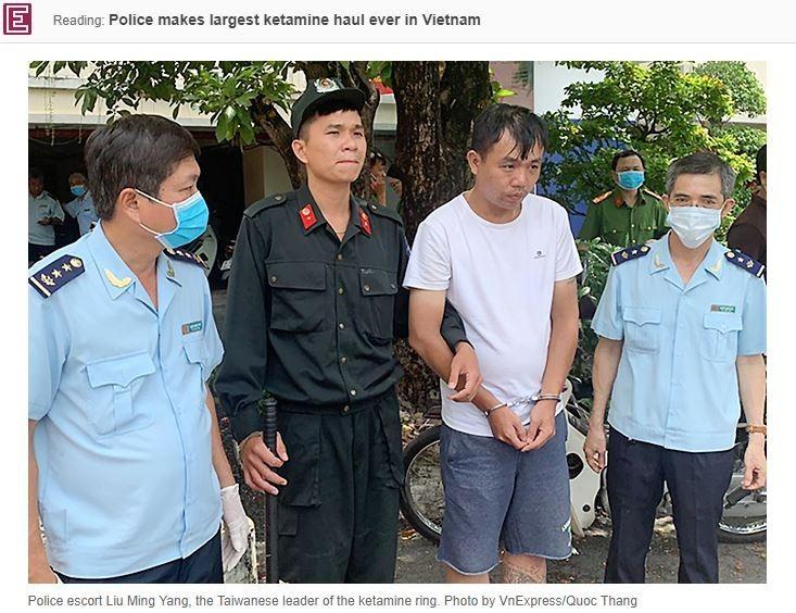 越南警方週六(11日)在胡志明市郊區查獲約500公斤毒品K他命販運案,當場逮捕販毒集團主嫌、34歲台灣籍男子劉明楊(音譯,右2)。(圖擷取自越南快訊網)