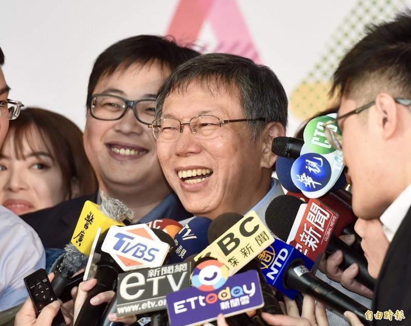 台北市長柯文哲14日出席2019台北杜鵑花季記者會,和貴賓在舞台上一同完成啟動儀式,在白色情人節當天揭開序幕。(記者黃耀徵攝)