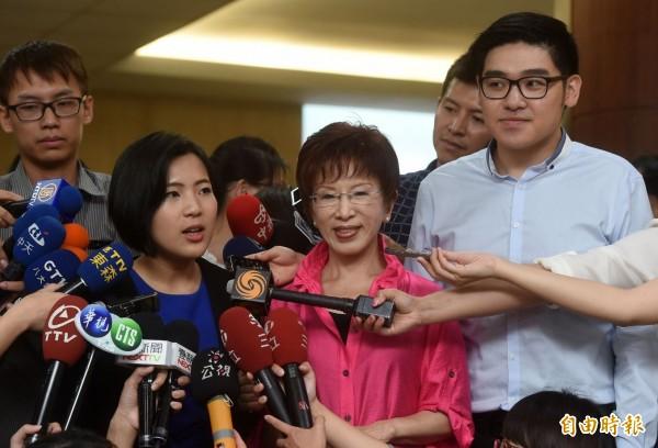 準國民黨總統參選人洪秀柱(中)今日出席台灣銀髮族暨健康照護產業高峰會,離開時接受媒體訪問並介紹徐巧芯(前左)、李昶志(右)2位新任發言人。(記者簡榮豐攝)