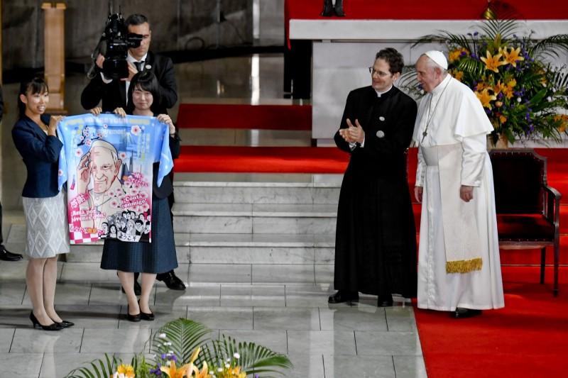 日本青年天主教徒的團體贈送教宗一件日式傳統法被,背後有著大大的動漫風方濟各像。(歐新社)