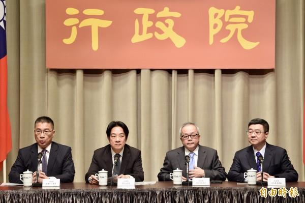 行政院長賴清德(左二)12日上午在發言人徐國勇(左一)等人陪同下親自召開記者會,宣布內閣改組名單,。(記者羅沛德攝)