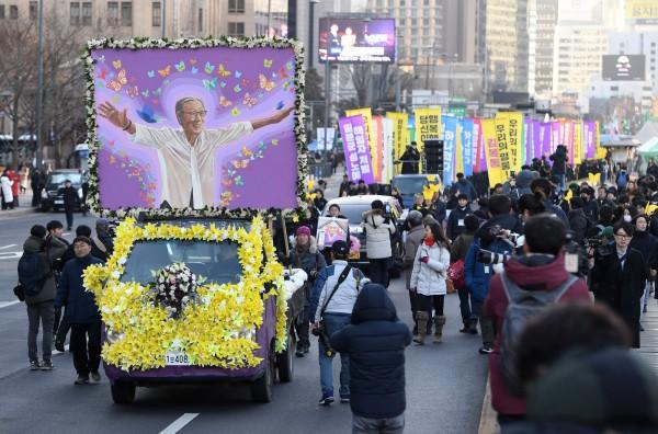 金福童女士的親友與慰安婦團體在日本駐南韓大使館前,為金福童女士舉辦告別式,同時要求日本對南韓慰安婦提供更多的賠償與道歉。(法新社)