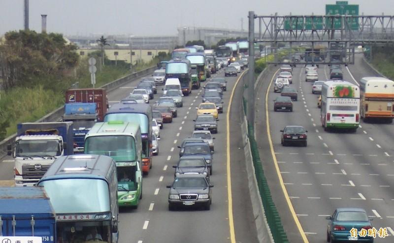 交通部高速公路局表示,預訂8月下旬開始對國道散落物處理向民眾收費。(資料照)