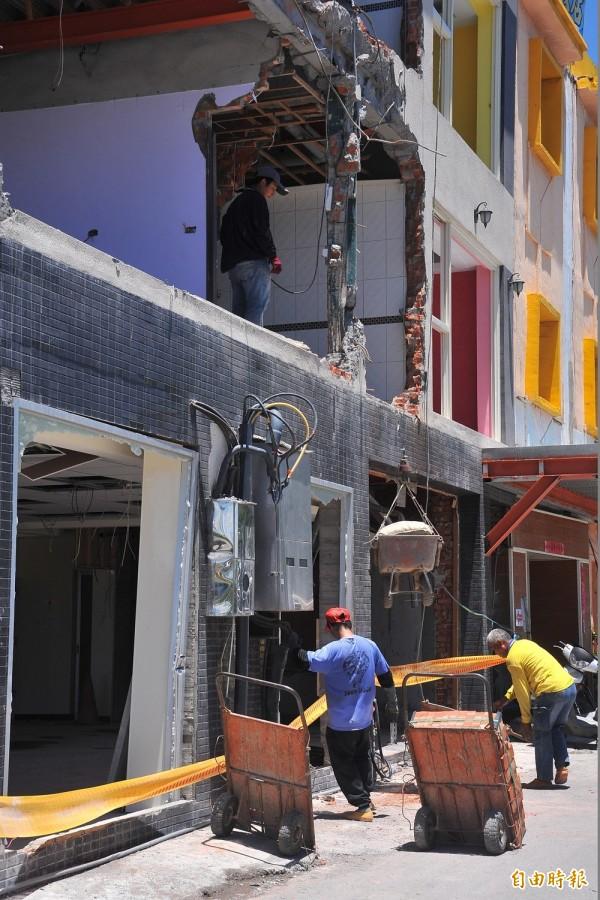 工人運進磚塊水泥施工。(記者蔡宗憲攝)