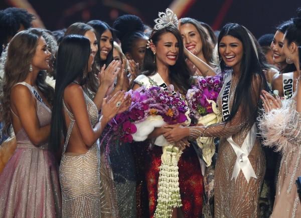 泰國小姐選美會場上,一款公主設計藍色禮服被批評太醜,結果女網紅觸犯法律。圖為2018年泰國小姐選美出爐,佳麗所穿禮服不含該款被批禮服。(歐新社)