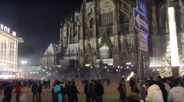 中東難民在跨年夜當晚湧入科隆大教堂前廣場狂歡。(圖片翻攝自RT)