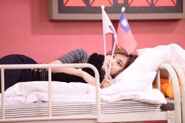 子瑜曾在南韓節目拿台灣國旗,因此惹怒中國網友。(翻攝自網路)