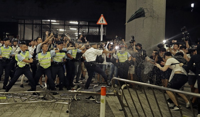 警察使用胡椒噴霧對付抗議者。(美聯社)