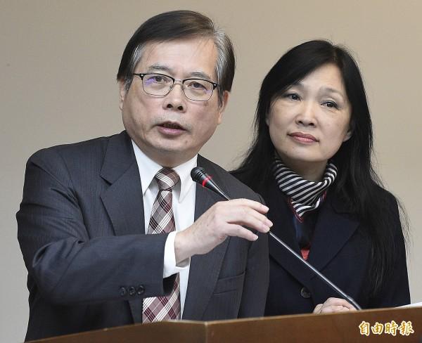 勞動部部長郭芳煜(左)與勞動條件及就業平等司司長謝倩蒨(右)今出席立院回應特休假展延及休息日加班費等相關問題。(記者陳志曲攝)