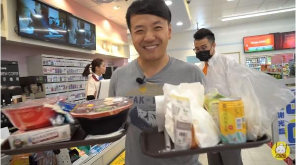 「Mike Chen」對台灣的小7美食相當讚賞,和朋友買了好多食物來試吃。(圖擷取自「Strictly Dumpling」YOUTUBE)