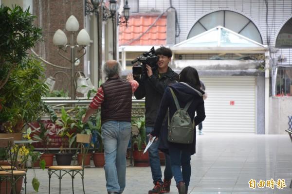 雲門翠堤大樓內的阿官火鍋店負責人陳光印(穿背心者),面對被縣府申請假扣押一事,拒絕回應。(記者王峻祺攝)