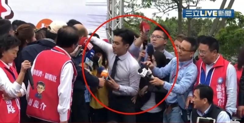 韓國瑜發言時,王又正與女記者發生衝突。(翻攝自三立新聞)
