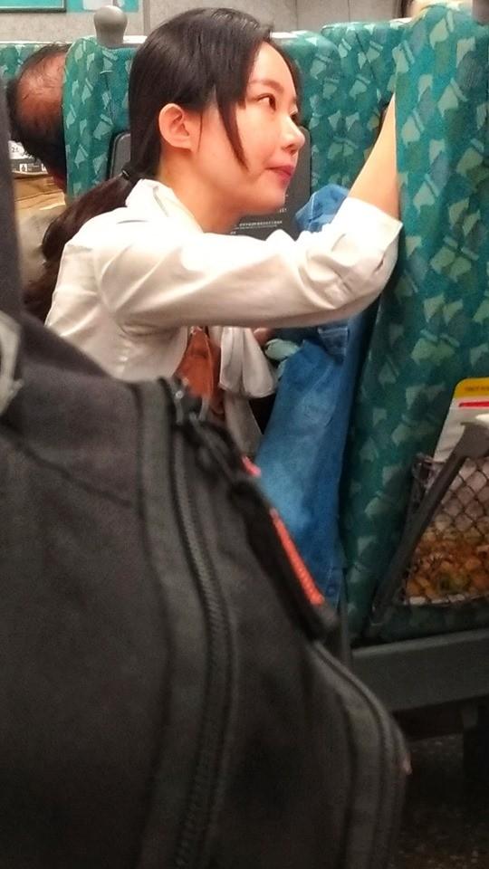 有乘客目擊,一名高鐵女服務員貼心安撫車上情緒不穩的女乘客,前後耗時快一小時,讓看到的網友都紛紛大讚這名服務員「心美,人更美」。(圖擷自《●【爆料公社二社】●》臉書)