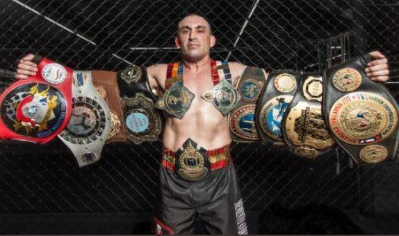 曾獲得7次泰拳世界冠軍的義大利籍選手達吉奧(Christian Daghio)近期參與WBC亞洲拳王爭霸戰時,結果被對手重擊倒地,陷入昏迷,送醫後宣告不治,享年49歲。(圖擷取自推特)