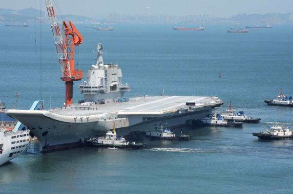 「新型航母也已經在船台上建造中」,這是中國官媒首次曝光正在建造第三艘航母的消息。圖為中國首艘自製航母「001A型」。(法新社)