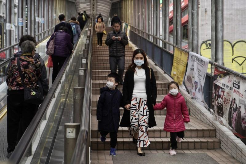 香港今(19)再有3人感染新型冠狀病毒,其中一名病患是83歲婦人,其女兒和女婿此前已先後確診。圖為香港行人。(美聯社)