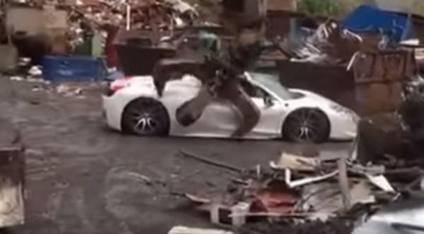 20萬英鎊(約新台幣800萬元)的法拉利跑車被銷毀成廢鐵。(圖擷自「Go Viral」YouTube)