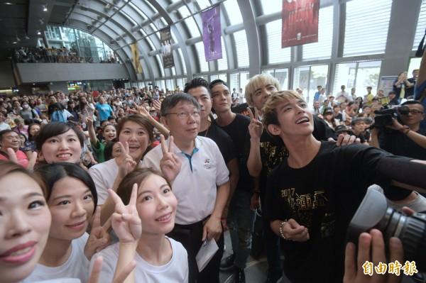 台北市長柯文哲22日出席2017捷運盃捷客街舞大賽初賽,並和現場觀眾與舞者自拍合影。(記者張嘉明攝)