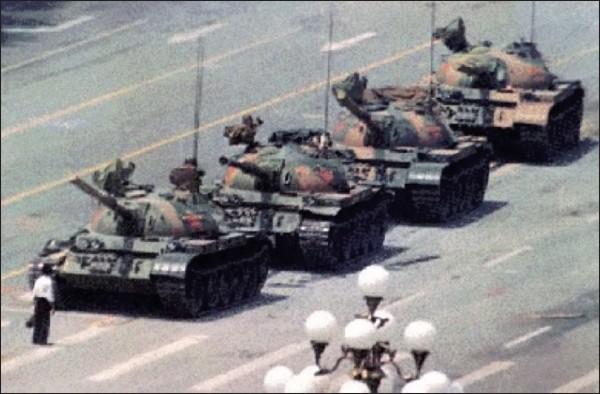 中國六四事件的著名照片「坦克人」,將隨著Corbis併購案被中國企業買走。(圖:截取自網路)