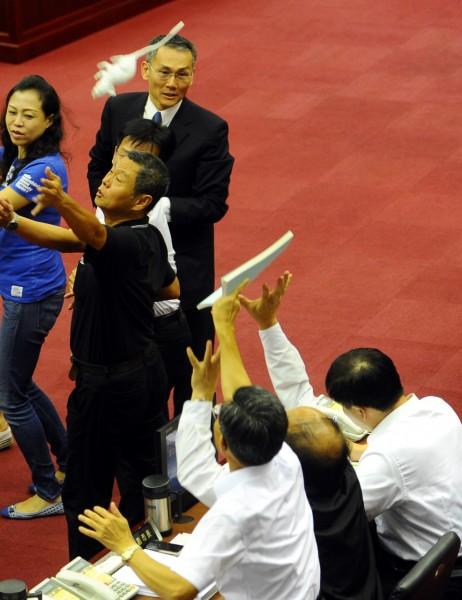 鼠來保!童仲彥將老鼠丟向官員席,郝龍斌(右下一)不為所動,一旁的副市長丁庭宇和秘書長陳永仁出手擋老鼠。(記者張嘉明攝)