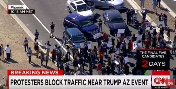 川普在亞利桑納的競選活動時,有部分選民不滿川普,直接用車擋道,一度導致塞車。(圖取自CNN)