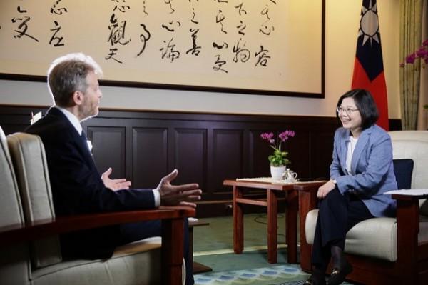 蔡英文總統接受「華爾街日報」」專訪。(總統府提供)