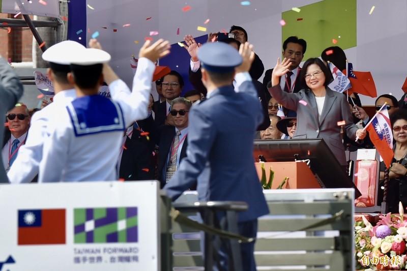 總統蔡英文在國慶大會上向國軍揮手致意。(記者塗建榮攝)