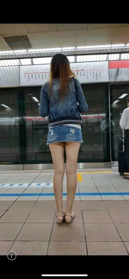 有網友日前在等捷運時,赫然發現眼前一名穿著短裙的「背殺」女子屁股「微笑線」隱約露出。(圖擷取自臉書「爆廢公社」)
