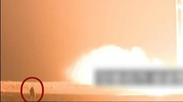 攝影師(紅圈者)最終被火焰給吞噬。(圖擷自RFA)
