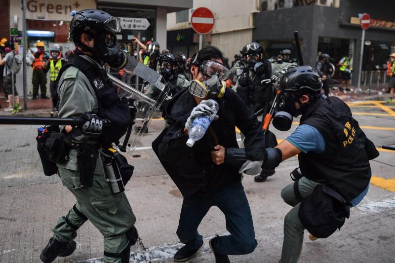 網傳文章宣稱,香港示威活動招募自願者殺港警,並以2000萬元作為酬勞,遭查核網站核實為「錯誤訊息」。(法新社檔案照)