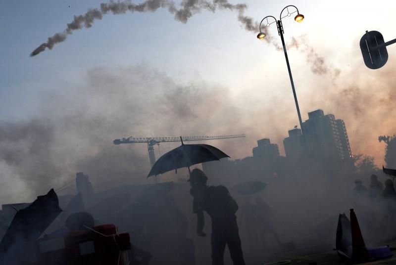 香港警方今日在例行記者會上稱,當日並沒有派員從20層樓高的地方向下發射催淚彈,「相信是攝影角度問題」。(路透)