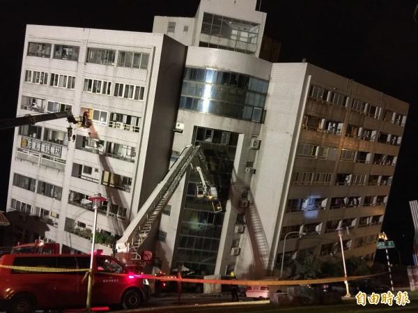 6日深夜大地震,花蓮市雲門翠堤大樓倒塌。(記者王峻祺攝)
