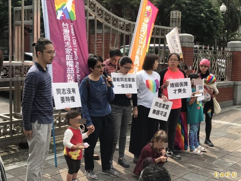 同志家庭今天到立法院門口召開記者會,呼籲賴士葆高抬貴手,不要剝奪了同志伴侶和家庭的平等權。(記者蘇芳禾攝)