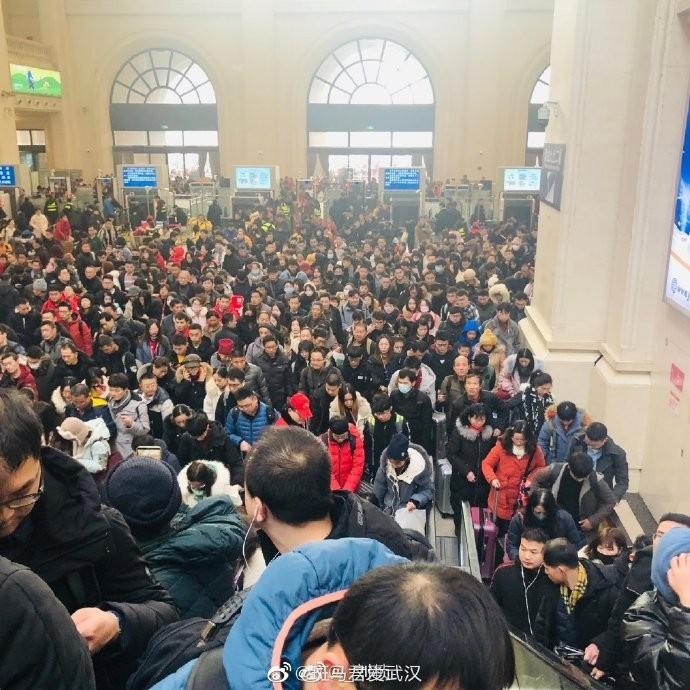 網友指出,因適逢春節假期,武漢車站人滿為患。(圖擷自微博)