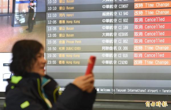 華航機師罷工爭議未解,華航宣布取消明天高雄機場出入境共6航班,影響旅客1050人。圖為桃園機場11日航班資訊看板顯示多架華航班機取消或改時。(記者劉信德攝)