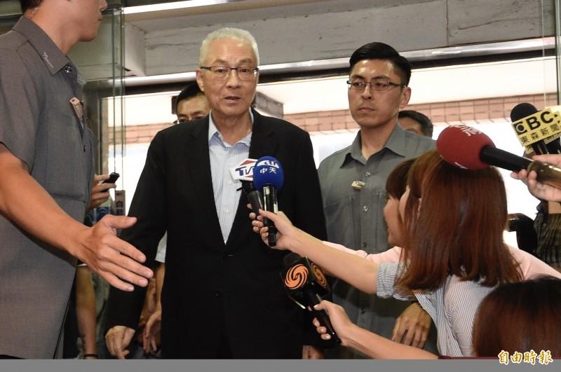 國民黨主席吳敦義今頒聘書給新成立的醫療委員會成員。(資料照)