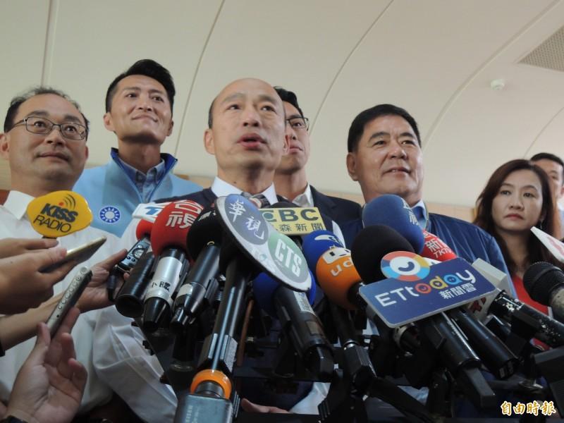 韓國瑜(見圖中)今天在高雄市議會答詢時說,高雄要成為全台首富,「時間」與「中央支持」這兩個問題要先解決。。(記者王榮祥攝)