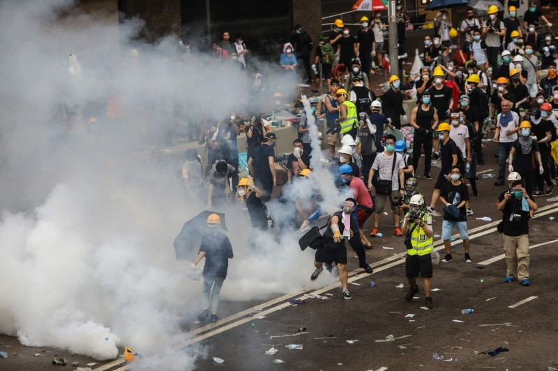 香港警方施放催淚彈,驅逐反送中示威者。(法新社)
